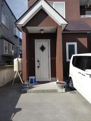 塗装した外壁に似合うかわいらしい玄関ドア