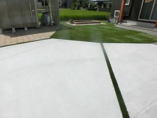 緑のラインが映えるコンクリート舗装