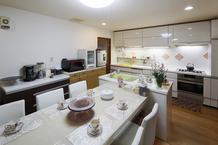 料理教室としても使うキッチン、大勢でも快適に使えるように。