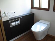 2つのトイレを1つにして、将来車椅子でも楽に入れるトイレに改修