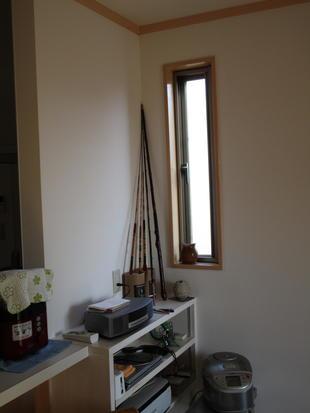 スリム窓と外壁 (断熱材で室内を暖かく)