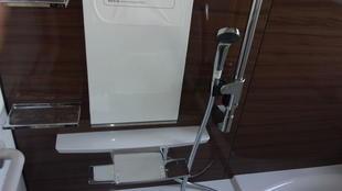 ホーローの新しい浴室と洗面化粧台