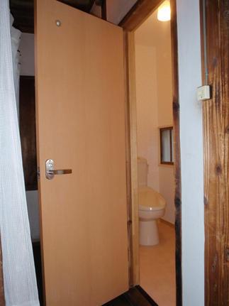 トイレ入口の扉も新調しました。もう、隙間風の入っていた頃の面影はありませんね。