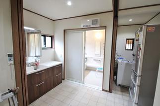 明るく広々となった洗面脱衣室と浴室、ユーティリティ