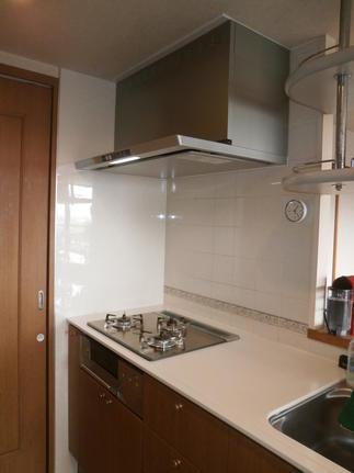 【AFTER】キッチン レンジフード 壁面へはキッチンパネルを設置しました