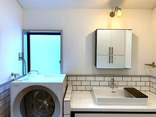 シンプルで清潔感のあるバスルーム(バスルームは洗面台を含む)