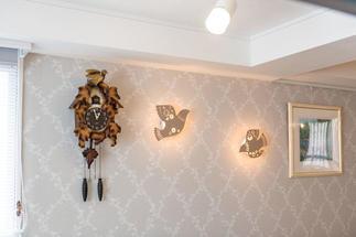 壁には鳥のモチーフのブラケット照明