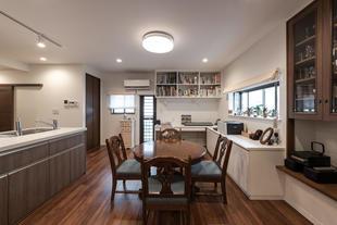 オープンキッチンが自慢。趣味を生かした空間造りの2世帯住宅。