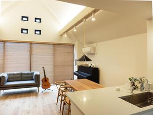 吹き抜け天井に木の梁で作ったオリジナル照明  品川区K様邸