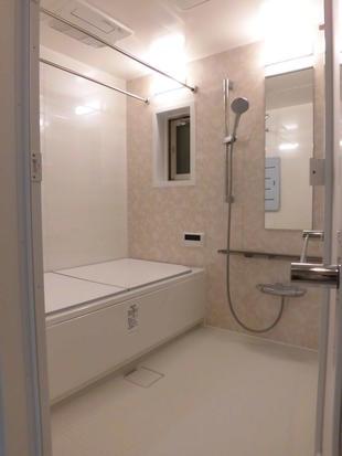 小さなお子様も入りやすいエコベンチ浴槽で楽しいバスタイムに 大田区N様邸