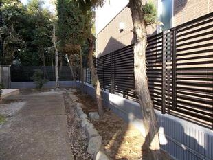 台風で壊れてしまった万年塀をフェンスにお取替え 世田谷区N様邸