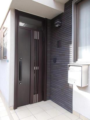 玄関ドアとタイルを変えてスタイリッシュな玄関まわりに 目黒区N様邸