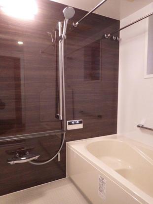 ダークウォールナットで落ち着いた浴室空間に 世田谷区S様邸