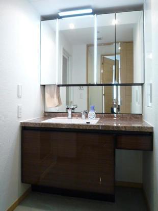 ホテルのような洗練された洗面空間 港区K様邸