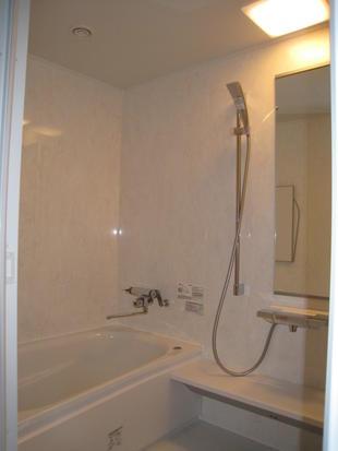ホワイトカラーでまとめられたホテルのような水回りに