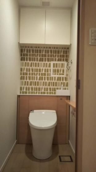 板橋区 アクセントクロスが映えるキャビネット付トイレにリフォーム