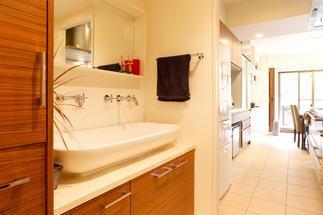 別注の洗面台は家族2人で使用できるゆったりサイズ。