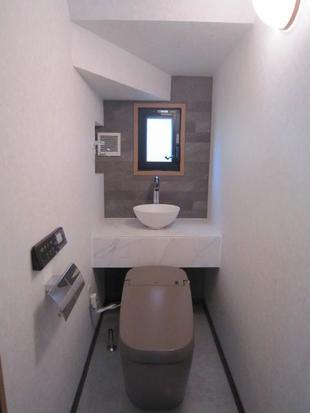 ノーブルトープの便器とエコカラットでシックで上質なトイレ空間へ