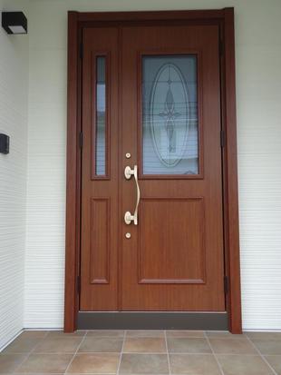 外壁と一緒に玄関もリノベーションしました