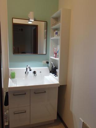 さわやかな洗面と部屋を間仕切りそれぞれの空間へ