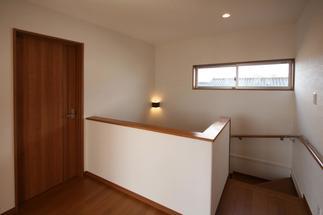 2階階段室です。サンルームとつながっているので、とても明るく開放的です。