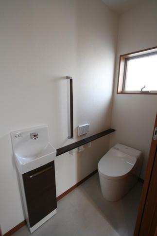 1階のトイレです。タンクレストイレと手洗が付いて清潔感のある快適なトイレになりました。