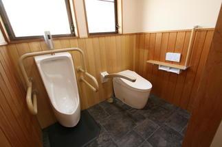 お掃除簡単!壁掛け小便器と手摺が付いて安心のトイレになりました。