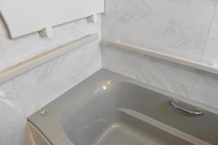 浴室内の動線をつなぐサポートバーで安心入浴タイム!