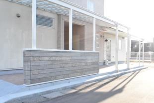 テラス屋根と腰壁で明るい玄関まわり