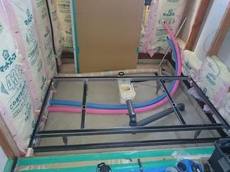 床下のコンクリート打ちと配管