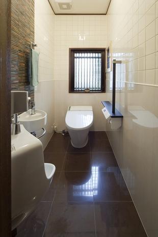手入れがラクで高級感のあるトイレに。