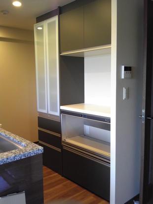 キッチンに背面収納棚、リビング&ダイニングにリビング建材のヴィータスと息するタイル/エコカラット設置