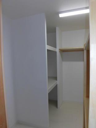子供さんが独立して空いた部屋を納戸にしました。(^.^)