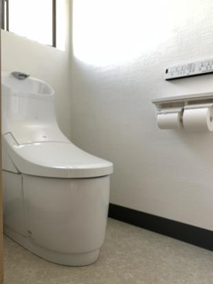 白を基調に、清潔感のあるトイレ空間