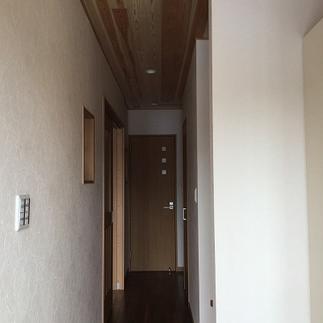 玄関からつづく廊下~モダンな空間に