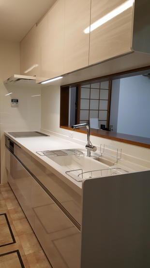 白を基調としたキッチン&カップボードで明るい空間に。