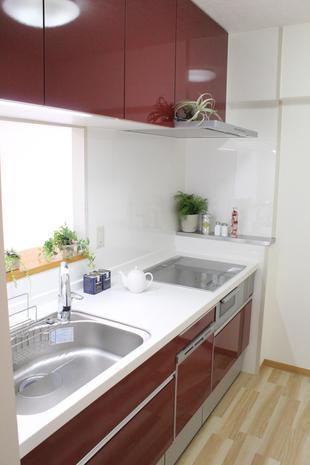 しっとりと存在感のあるレッド色のキッチン