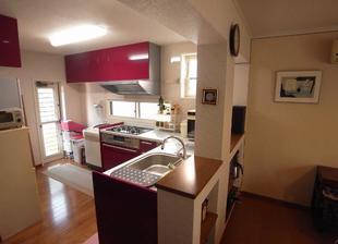 明るいキッチンでリビングの気配を感じる家