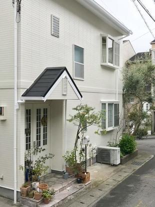 グレー基調からホワイトの外壁に! 明るく清潔感のあるお家になりました!