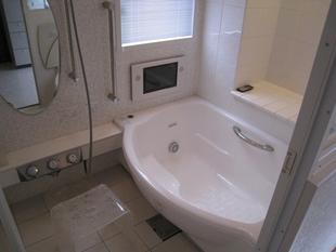 白基調のゆったりバスルーム