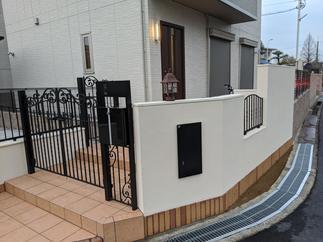 埋込型の宅配ボックスと門扉一体型のポストを設置!!