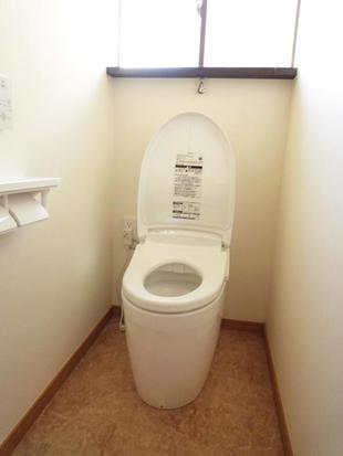 白を基調にした、清潔感溢れるトイレです。
