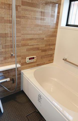 寒さと掃除のしにくさを解消し、浴槽も広がりました。