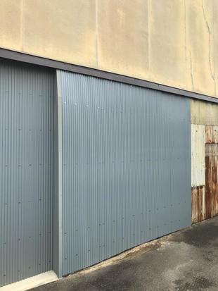土壁を撤去し、新しい外壁板金を施工しました。
