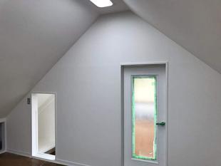 屋根裏部屋のクロス張替をいたしました。