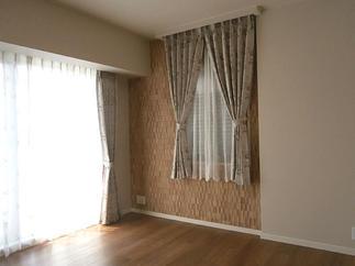 木材のようなレリーフ調タイルでロマンティックな寝室に