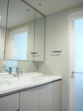 洗面室は水流をイメージした流線 ラインを貼って