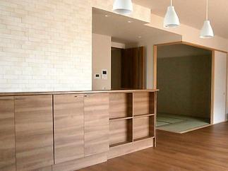 キッチンカウンターはナチュラルタイルで優しいイメージ