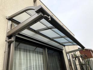 雨除けや日除けに、窓ルーフ設置工事