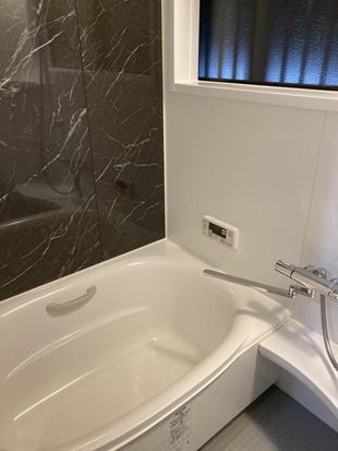 一面のアクセントでスタイリッシュな浴室に!